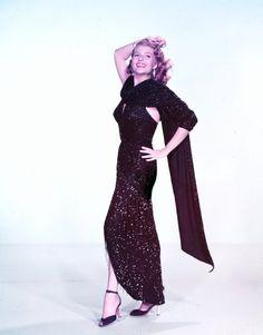 Le terme glamour est un anglicisme désignant une beauté sensuelle, pleine de charme et d'éclat, caractéristique de certaines vedettes féminines de Hollywood. Quelqu'un de glamour est à la fois suave, sexy, beau, et souvent délicatement à la mode. (de haut en bas) Dolores Del RIO / Marilyn MONROE / Myrna LOY / Patricia NEAL / Suzanne PLESHETTE / Audrey HEPBURN / Rita HAYWORTH / Barbara STANWYCK…