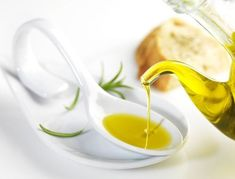 Olive Oil and Honey Hair Treatment Olive oil and honey are healthy products for your hair and health Honey Hair Treatments, Vegetable Oil Substitute, Fat Flush Diet, Best Anti Inflammatory Foods, Olive Oil Hair, Olive Oils, Coconut Oil For Face, South Beach Diet, Gourmet