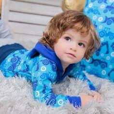 Trag's bunt, Baby! Blautöne und die coolen Traktormotive am Shirt machen einen tollen Look für Kinder aus :) Baby Outfits, Sewing For Kids, Kind Mode, Bunt, Unique, Face, Design, Baby Coming Home Outfit