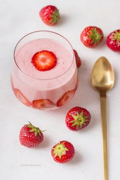 Easy Cake : Quick strawberry mousse recipe - healthy and with only 2 ingredients! Dutch Recipes, Sweet Recipes, Weigt Watchers, Delicious Desserts, Dessert Recipes, Good Food, Yummy Food, Healthy Snacks, Healthy Recipes