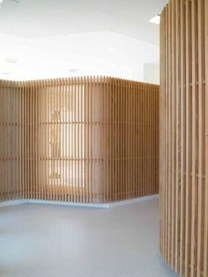 Queríamos ofrecer una imagen unitaria de empresa. Reflejar la presencia de dos profesionales trabajando de la mano era el objetivo principal a conseguir. Timber Walls, Curved Walls, Wood Slats, Wood Paneling, Perriand, Wood Architecture, Interiores Design, Cladding, Living Room Designs