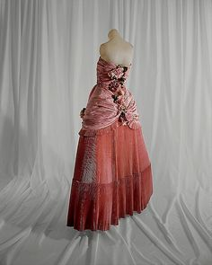 House of Balenciaga Ball gown 1948 Vintage Evening Gowns, Vintage Gowns, Vintage Outfits, Vintage Wear, Dress Vintage, Vintage Clothing, 1940s Fashion, Vintage Fashion, Court Dresses