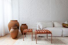 apto. jd. paulistano, em são paulo   projeto: alan chu   na sala, o cobogó funciona como aparador, disposto, na cor natural, sobre uma estrutura de ferro desenhada pelo arquiteto