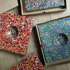 Knikkertegel Van gerecycled plastic - 1500 doppen 30 Euro voor op school plein mooi recycling straatafval project. Van plastic kun je alles opnieuw maken! Maar deze vrolijke knikkertegel voor op school of thuis is misschien wel het leukste product. Duurzaam speelgoed.