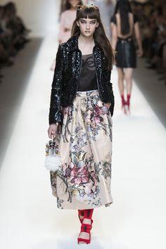 Fendi Spring/Summer 2017 Ready To Wear Collection British Vogue Spring Fashion 2017, Runway Fashion, Fashion Trends, Milan Fashion, Fendi, Vogue, Karl Lagerfeld, Milano Fashion Week, Pretty Outfits