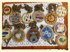 Amakuyi, detalles hechos con tiempo y cariño....: Abalorios, Colgantes y Broches de madera pintada
