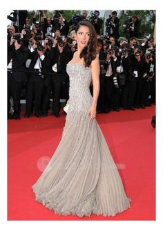 salma-hayek-2011-cannes-chapel-train-chiffon-strapless-a-line-red-carpet-gown-evening-dress-stars-wear-cf-1105261056.jpg (500×709)