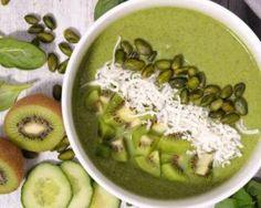 Green smoothie bowl aux kiwis, épinards, banane, graines de courge et noix de coco