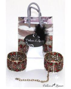 Uno stile leggermente barocco per queste bellissime manette bijoux. Facile da mettere, si possono portare come manette o bracciali. Catena piccola rimovobile di circa 20cm. Finti strass rossi, con un effetto sfumato splendido. Ornamento di metallo dorato.