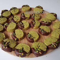 """6,588 Beğenme, 126 Yorum - Instagram'da lezzet-i_ask (@lezzeti_ask): """"Fıstıklı un kurabiyesi ❤ Sayfamın ilk videolarından çekim videosu asagılarda..Çok denenen sevilen…"""" Turkish Kitchen, Best Christmas Cookies, Roll Cookies, How To Eat Less, Pistachio, Gingerbread Cookies, Cookie Recipes, Muffin, Food And Drink"""