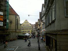 Von der Pfleghofstrasse Richtung Tübinger Holzmarkt und Stiftskirche... Neben dem Marktplatz, das Zentrum der Stadt.