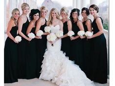 Vestidos de las damas de la boda en negro con ramos blancos