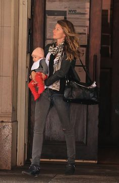Gisele Bündchen Shows Baby Vivian the Sights of NYC | Pictures