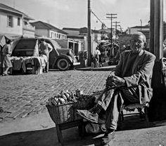 Vendedor de amendoim, na Rua Oscar Freire em 1950 em São Paulo/SP.