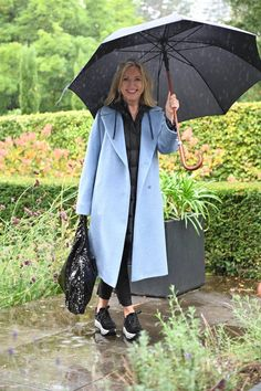 Gut gegen Winterblues - ein Mantel in Hellblau — Wie schön du bist! Oversize Mantel, Blues, Outfits, Dubai, Trends, Fashion, Light Blue Coat, Black Vest, Gowns
