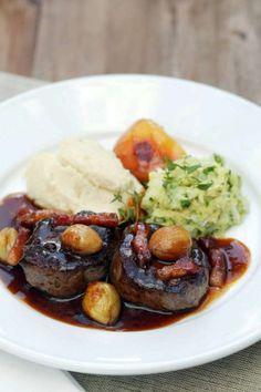 Rehragout mit Preiselbeeren und Kartoffel-Sellerie-Püree