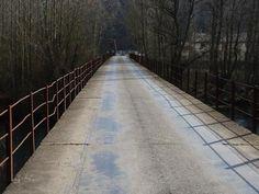 Valla vieja sobre el puente