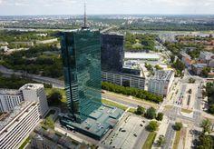 Zdjęcie z lotu ptaka, prezentujące Wieżowiec Intraco na terenie Warszawy.