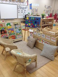 Welcome to my pre-k classroom tour! Classroom spaces and and arrangements are so very important and especially in the early childhood. Preschool Classroom Setup, Preschool Rooms, Reggio Classroom, Classroom Organisation, Classroom Setting, Classroom Environment, Classroom Design, Preschool Classroom Layout, Classroom Libraries