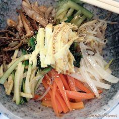Il Bibimbap (비빔밥) è probabilmente uno dei piatti coreani  più conosciuti e amati da  molte persone. Anche chi conosce poco la Corea e ...  http://www.senzapanna.it/2017/02/bibimbap-riso-coreano-con-carne-e.html