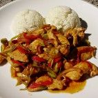 Pikantné kuracie soté • recept • bonvivani.sk Kung Pao Chicken, Poultry, Chicken Recipes, Recipies, Menu, Rice, Cooking Recipes, Food And Drink, Ethnic Recipes