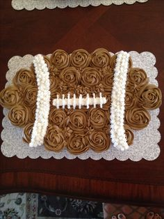 Football cupcake cake- I am so making this for Super Bowl!!! Football Cupcake Cakes, Football Birthday Cakes, Football Cakes For Boys, Football Themed Cakes, Football Cake Pops, Football Cookies, Cupcake Cookies, Cake Birthday, 9th Birthday