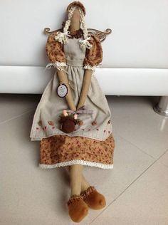 Boneca TILDA estilo country com avental em linho na cor bege e bordado com pequenos fuxicos. Sapatinho em feltro com florzinhas de fuxico e pedrinhas. Possui asas de MDF  e bolsinha em crochet. Bem romantica pois tem um chapeuzinho de camponesa. R$ 104,00