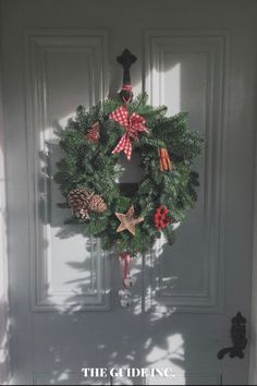 I found my perfect Christmas wreath through this post and I don't know if I will ever find a Christmas wreath better than this. So happy to have found it! Christmas Wreaths For Windows, Christmas Decorations For The Home, Christmas Crafts, Christmas Aesthetic, Decor Ideas, Happy, Ser Feliz, Being Happy