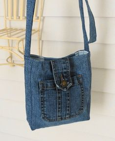 Terrific Pics Toiletry bag made from old jeans Upcycling - Ms. Fadenschein Suggestions I enjoy Jeans ! And a lot more I love to sew my very own Jeans. Next Jeans Sew Along I'm going t Mochila Jeans, Sacs Tote Bags, Toiletry Bag, Altering Jeans, Denim Purse, Denim Bags From Jeans, Mk Purse, Denim Ideas, Denim Crafts