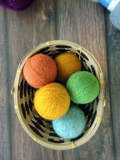 DIY Homemade Wool Dryer Balls for when we need to us the dryer,natural dryer sheet alternative, add essential oils. Cleaners Homemade, Diy Cleaners, Household Cleaners, Household Tips, Dryer Sheet Alternative, Wool Dryer Balls, Natural Cleaning Products, Natural Products, Beauty Products