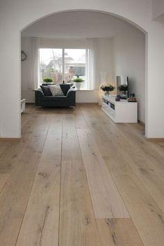 Eiken - Tudor HM Naturale - Deze Eiken vloer is met een NATURALE finish behandeld waardoor het lijkt of de vloer niet afgewerkt is. Een vloer met een natuurlijke look.: