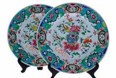 Lote 5340 - COMPANHIA DAS ÍNDIAS - Par de pratos de grandes dimensões em porcelana da China, Companhia das Índias, família rosa, período Qianlong (1736-1795). Decoração floral policromada e vaso de flores. Dim: 32,5 cm. Prato similar à venda por € 1.760 em http://www.chinese-porcelain-art.com/acatalog/Catalogue_Chinese_Famille_Rose_Page_1_46.html . Nota: sinais de uso e alguns restauros, um com cabelos, falhas no vidrado do bordo - Price Estimate: € - $