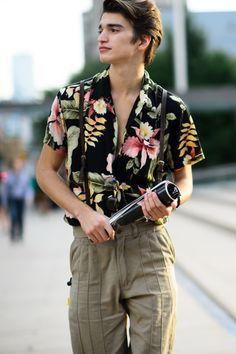 damplaundry: Alexander Ferrario at NYFW S/S 2015 by Adam Katz Sinding. Street Style Fashion Week, Look Street Style, Mens Style Guide, Men Style Tips, Floral Shirt Outfit, Alexander Ferrario, Cool Hawaiian Shirts, Mens Fashion Blog, Fashion Tips