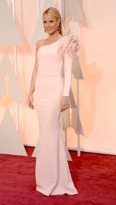 Gwyneth Paltrow opted for a one-shouldered custom dress by Ralph & Russo Couture, completing her look with jaw-dropping pink jewel earrings and Charlotte Olympia heels on the Oscars 2015 Red Carpet. Gwyneth Paltrow, Glamour, Vestidos Oscar, Oscar Verleihung, Beautiful Dresses, Nice Dresses, Dresses 2016, Gorgeous Dress, Vestidos Fashion