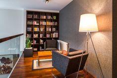 Biblioteka na antresoli, antresola, półpiętro, czytelnia, kącik do czytania. Zobacz więcej na: https://www.homify.pl/katalogi-inspiracji/22561/homify-360-luksusowy-dom-w-rzeszowie-z-drewnem-w-roli-glownej