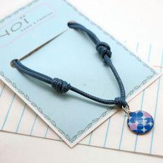 Armband String blue von NOI home & fashion | Feines Armband mit Anhänger- das Bändchen ist in der Größe anpassbar, und der Anhänger mit dem blauenMotif, ein richtiger Eyecatcher.  Material: Baumwollband, Größe verstellbar, nickelfreies Metall #armband #schmuck #modeschmuck #fashion #schanzenstyle #girlstyle