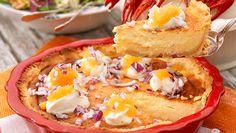 En klassisk paj som hör kräftskivan till. Den här västerbottenspajen har extra festligt topping med sikrom, crème fraiche och rödlök!