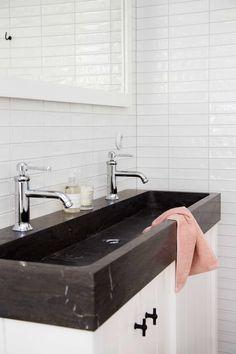 Het badkamermeubel (140cm) heeft een houten onderkast en een zwart granieten wastafel. De deurtjes zijn afgewerkt met zwarte T-greepjes en dankzij het softclose-systeem sluiten ze altijd muisstil. De bijpassende spiegel met houten lijst maakt het plaatje compleet.