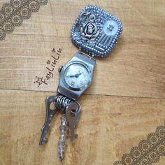 Beaded brooch with old working clock ||| Брошь с работающими старыми часами ________________  #FeyLinLin #Vintage #retro #embroidery #beads #brooch #брошь #Clock #clockwork #вышивка #бисер #часы #винтаж #ретро #ビーズ刺繍 #FeyLinLin