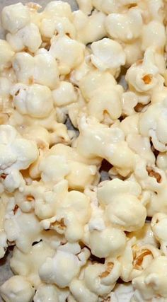 This sounds so delicious and super easy to make. We may just have to test this one out :) (vanilla pudding desserts) Gourmet Popcorn, Popcorn Snacks, Candy Popcorn, Popcorn Balls, Flavored Popcorn, Popcorn Recipes, Snack Recipes, Dessert Recipes, Cooking Recipes