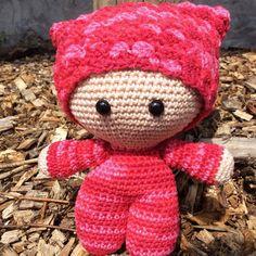 """Deze knuffel """"Big Head Doll – Sweety"""" is ontzettend zacht, schattig en heeft een ontzettend hoge knuffelfactor, de ideale knuffel voor uw kindje. Deze knuffel wordt gehaakt met liefde en passie. Ook andere kleuren zijn mogelijk, stuur ons dan gerust een bericht. Bestel tijdig, handwerk vraagt best wel wat tijd :-) info@vanvie.be 0472/464 030 Teddy Bear, Toys, Animals, Activity Toys, Animales, Animaux, Teddybear, Animal, Games"""