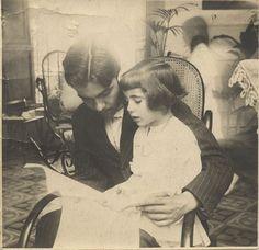 Federico García Lorca e a súa irmá, en Granada, 1914