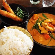 Warmth in color and taste at Jeab Thai on Blvd St Georges in Geneva. A reasonably priced, good quality menu du jour. Saint George, Thai Recipes, Geneva, Curry, Photo And Video, Color, Instagram, D Day, Curries