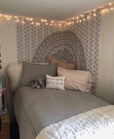 Dorm room tapestry - 41 stylish, dorm room ideas and decor essentials for girls 27 dormroomideas dormroomforgirls dormroomdecor Cute Bedroom Ideas, Cute Room Decor, Room Ideas Bedroom, Small Room Bedroom, Bedroom Decor, Modern Bedroom, Master Bedroom, Master Suite, Comfy Room Ideas