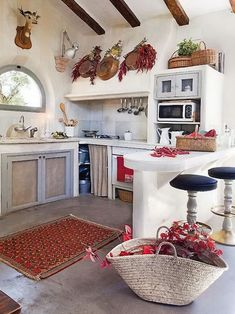 Country Kitchen Design Ideas: Some kitchens are made to be admired at a distance; country kitchens are made to be used. See the entire range of country kitchen style in this photo gallery Cozy Kitchen, Kitchen Rug, Farmhouse Kitchen Decor, Kitchen Design, Kitchen Ideas, Quirky Kitchen, Cuisines Design, Cozy Cottage, Design Case