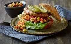 Sandwich med kyllingebøffer og gulerodssalsa En herlig sandwich...eller måske snarere en burger, fuld af smag. Serveret med en fyldig salsa, som både kan spises til og i sandwichen.