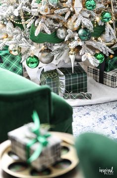 Christmas at Bayberry House - Holiday Home Tour with color Christmas Decoration ideas - Holiday Irish Christmas, Silver Christmas Decorations, Christmas Mantels, Vintage Christmas Ornaments, Green Christmas, Christmas Colors, Christmas Themes, Christmas Holiday, Holiday Decor