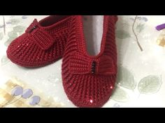 Every lady's suit looks good in red. Show the red dress. Here we have our own design and each fan is admired and every lady can comfortably . Crochet Videos, Crochet Slippers, Baby Patterns, Fasion, Suits For Women, Crochet Baby, Diy And Crafts, Baby Shoes, Knitting
