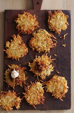 Potato Latkes with Apple-Date Chutney and Cinnamon Sour Cream : leitesculinaria  #Rosh_Hashanah #Hanukkah