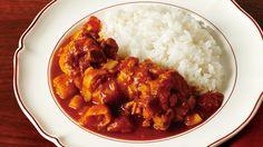脇 雅世 さんの鶏もも肉を使った「ジンジャーチキンカレー」。カレーはルーを使わず、ねぎとしょうが、にんにくをきかせたフレッシュなおいしさ。家にある調味料だけで、本格派の仕上がりに! NHK「きょうの料理」で放送された料理レシピや献立が満載。